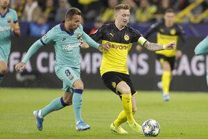 Arthur (vľavo) a Marco Reus v zápase F skupiny Ligy majstrov 2019/2020 Borussia Dortmund a FC Barcelona.