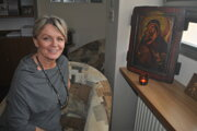 Keď príde Daniela Blažovská ráno do práce, ako prvé pri ikone zapáli sviečku.