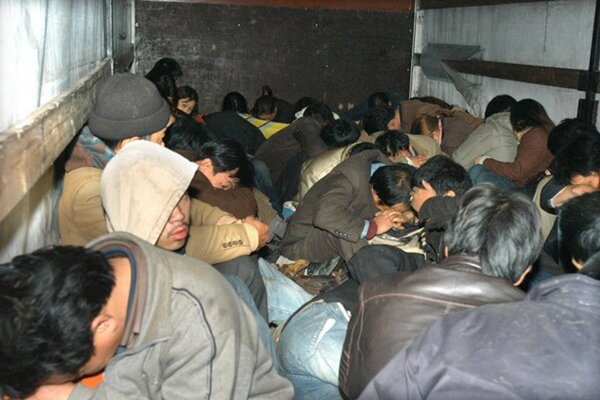 Polícia zadržala v kamióne pri Alpinke desiatky migrantov.