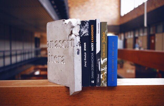 Finálová päťka diel Anasoft litera.