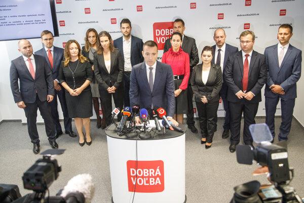 Predseda novovzniknutej politickej strany Dobrá voľba Tomáš Drucker (v popredí) počas tlačovej besedy.