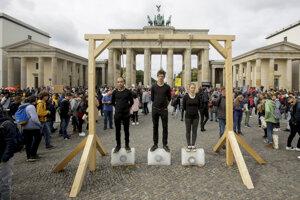 Klimatický štrajk pred Brandenburskou bránou v Berlíne.