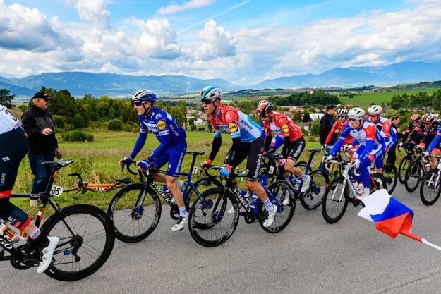 Cyklisti na Ceste SNP nad obcou Necpaly.