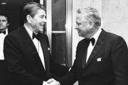 Na snímke z 26. januára 1985 si s Barron Hilton potriasa rukou s prezidentom Ronaldom Reaganom.