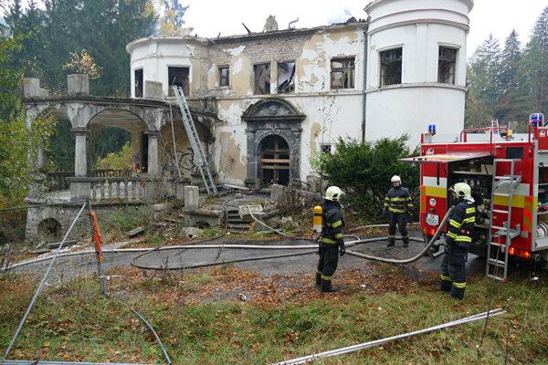 Dva požiare premenili kedysi honosný zámok na ruinu.