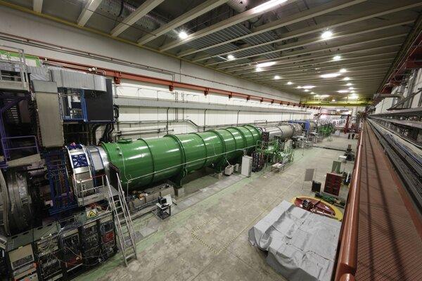 Experiment NA62 v CERNe, kde skúmajú rozpad častíc kaónov. Výsledky môžu naznačiť, či za štandardným modelom existuje nová fyzika.