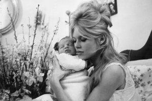 Materinský cit k malému Nicolasovi sa u Brigitte Bardotovej nedostavil.