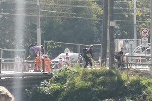 Ľudia preskakovali zábradlia na moste. Nie je to však ojedinelý prípad.