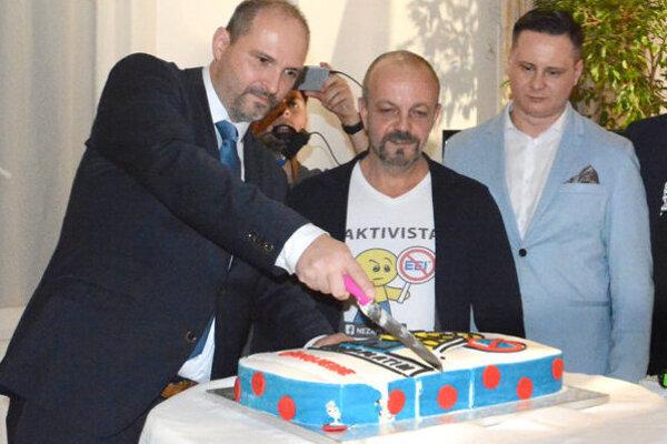 Oslava volebného víťazstva. Zľava Jaroslav Polaček, Henrich Burdiga a Ladislav Lörinc.