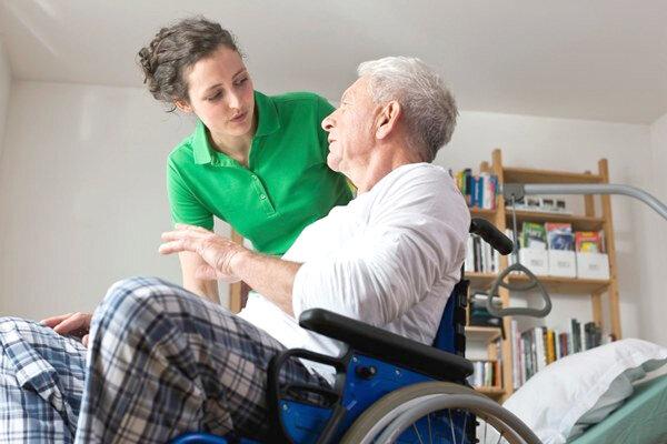 Viacerí seniori potrebujú pomoc opatrovateľov.