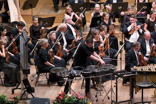 Fínsky orchester s rakúskym bubeníkom.
