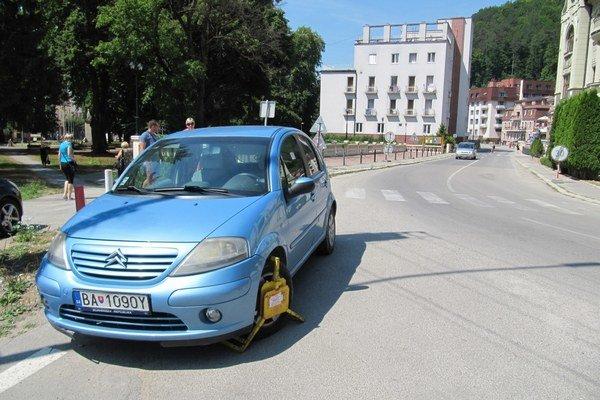 Mestská polícia môže v prípade zlého parkovania udeliť blokovú pokutu vo výške 50 eur.