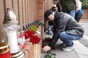 Pred domom speváka Karla Gotta ľudia pokladajú kvety a zapálené sviečky.