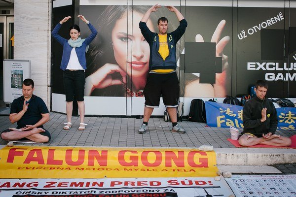 Slovenská organizácia Falun Gong zbierala podpisy aj v Trenčíne.