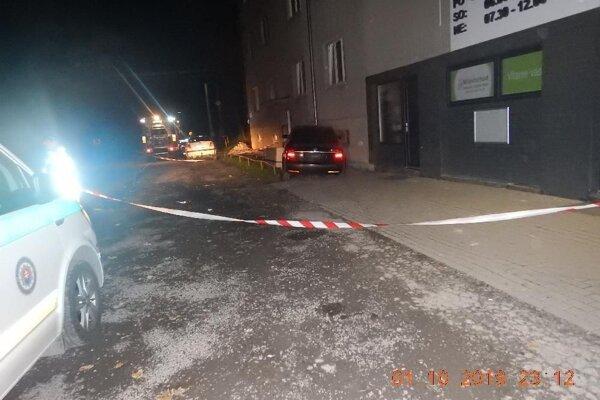 Vodič narazil vo Valaskej do domu a z miesta odišiel.