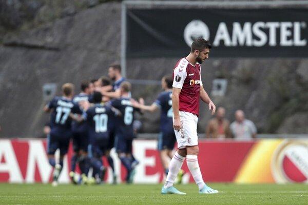 Momentka zo zápasu Sporting Braga - Slovan Bratislava (Európska liga). Vzadu radujúci sa hráči Slovana.