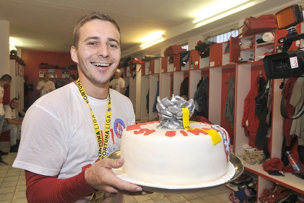 Karol Mondek pri oslave historického titulu majstrov Slovenska. Takúto tortu mu priniesla rodina.