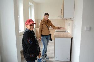 Mladá rodina sa nevie dočkať zariaďovania svojej novej domácnosti.