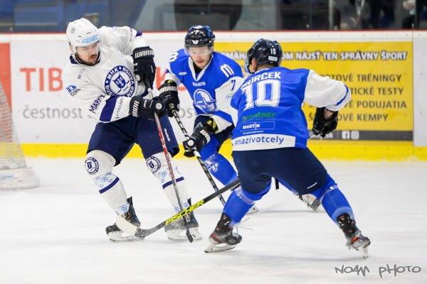 Dubnica (v bielom) odohrala náročný duel s Martinom.