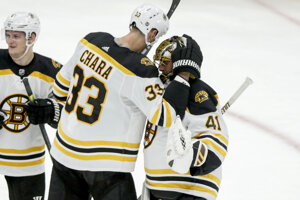 Jaroslav Halák (vpravo) a jeho krajan a kapitán Bostonu Zdeno Chára sa tešia po výhre v zápase zámorskej hokejovej NHL Arizona Coyotes - Boston Bruins.