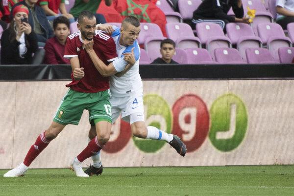 Boris Sekulič (vpravo) a Khalid Bouthaib počas prípravného futbalového stretnutia Maroko - Slovensko v Ženeve 4. júna 2018.