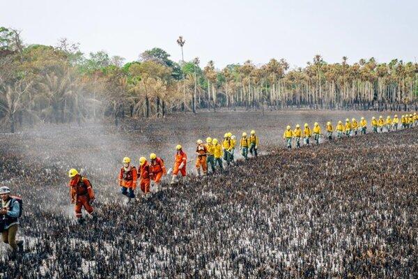 Požiarnici postupujú zhoreniskom.