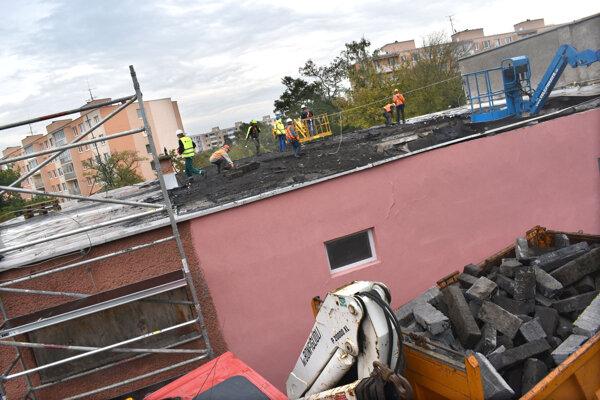 Práce na prepadnutej streche sa už začali.