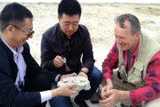 Martin Kundrát s čínskymi kolegami v lokalite Erenhot.