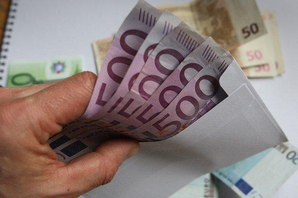 Doteraz zdokumentovaná výška úplatkov je najmenej 4505 eur.
