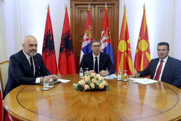 Zľava premiér Albánska Edi Rima, prezident Srbska Alexander Vučič a Zoran Zaev, premiér Severného Macedónska.