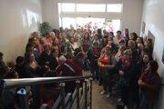 Nespokojní zamestnanci siete Potravín Kačka počas septembrového stretnutia v Lučenci.