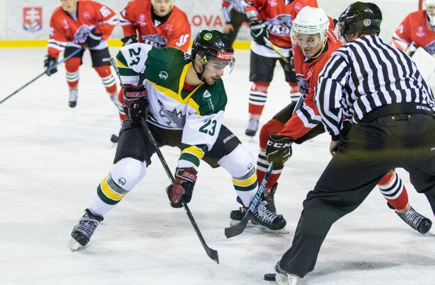 Filip Ondruš v súboji o puk s jedným z hokejistov Považskej Bystrice.