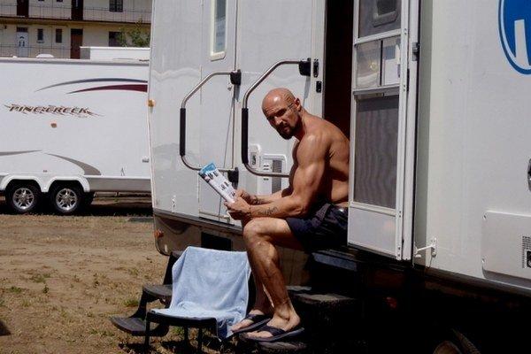 Mako Hindy počas nakrúcania dostal vlastný karavan