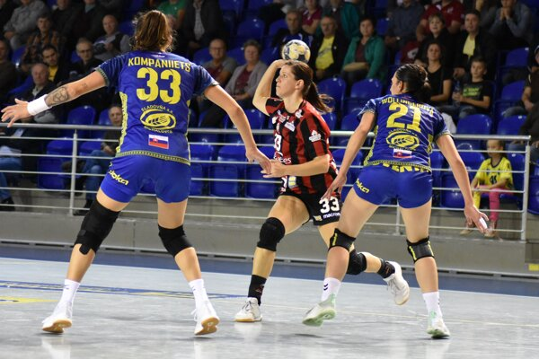 Martina Školková (s loptou) si zahrala proti bývalému klubu. Iuvente dala dva góly.