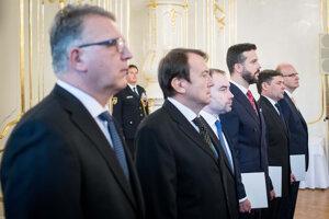 Prezidentka Zuzana Čaputová vo štvrtok vymenovala zvyšných šiestich sudcov ústavného súdu. Zľava Ladislav Duditš, Libor Duľa, Rastislav Kaššák, Miloš Maďar, Peter Straka a Martin Vernarský.