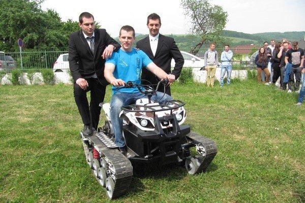 Špeciálne elektrické pásové vozidlo predstavili študenti Trenčianskej univerzity