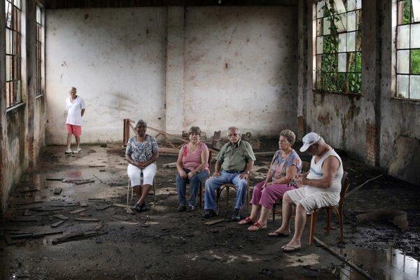 Bývalí zamestnanci v dnes už schátranej budove firmy Baťa v brazílskom meste Batatuba.