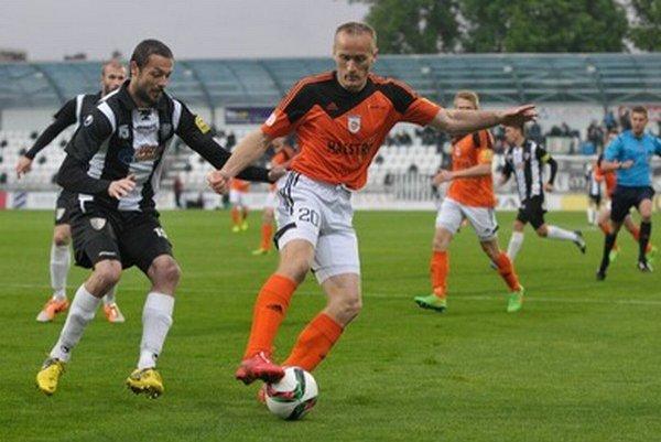 Roman Častulín (vľavo) udržal Pavla Masaryka. Ružomberský kanonier gól v zápase nestrelil.