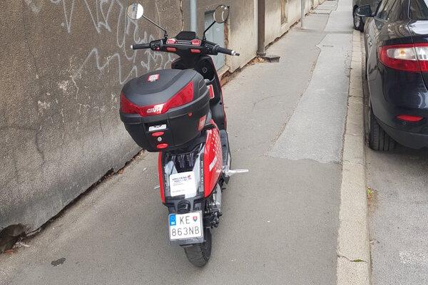 Peším na chodníkoch prekážajú nesprávne zaparkované zdieľané bicykle a skútre.