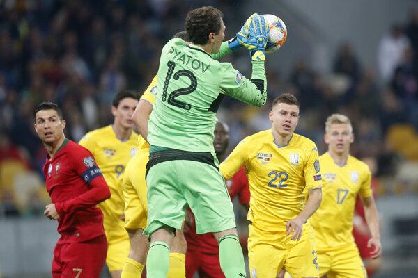 Momentka z kvalifikačného zápasu na EURO 2020 medzi Ukrajinou a Portugalskom.