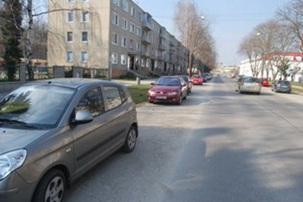 Pod parkujúcimi autami je množstvo štrku
