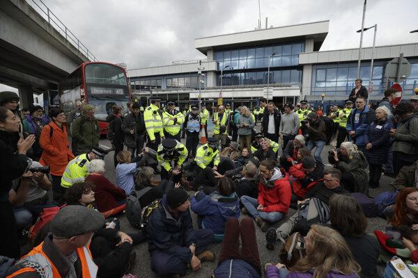 Protestujúci počas akcie Extinction Rebellion 10. októbra zablokovali aj cestu pred londýnskym letiskom City.