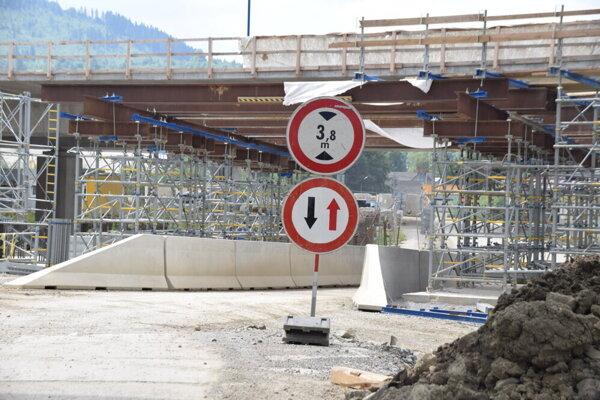 Diaľničiari napriek spomínanému oznámeniu o zmene stavby pred jej dokončením a argumentom, ktoré v ňom uvádzajú, tvrdia, že lehotu výstavby D3 Čadca,Bukov – Svrčinovec dodržia.