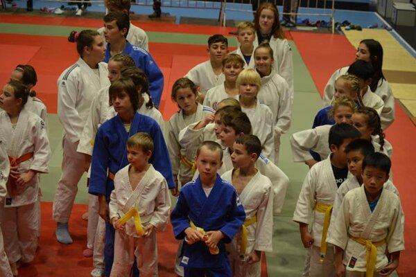 Džudisti Junioru (druhý rad zľava).