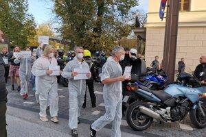 Aktivisti, ktorí už dvakrát protestovali proti smradu v Levoči.