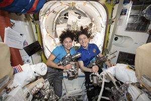 Americké astronautky Jessica Meirová (vľavo) a Christina Kochová pózujú na Medzinárodnej vesmírnej stanici.