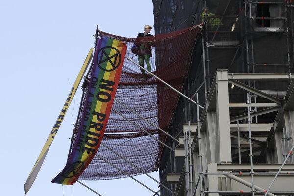 Aktivista vyvesil na veži transparenty.