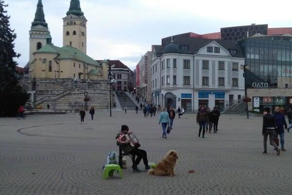 Na ulici hrajú aj deti.