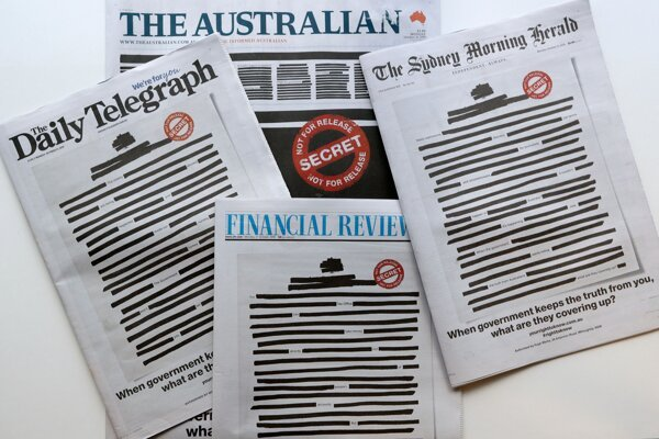Začiernené písmená na titulných stranách austrálskych novín.