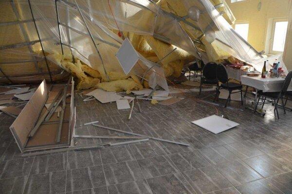 Takto to vyzeralo po páde stropu v kultúrnom dome.